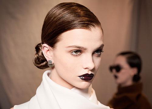 tornano i toni scuri dei bordeaux e del viola sulle labbra tra le tendenze makeup autunno inverno 2017