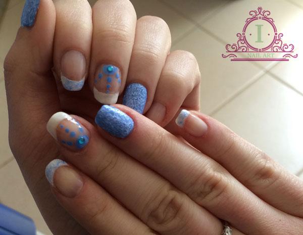 nail art con french bianco e smalto effetto particolare