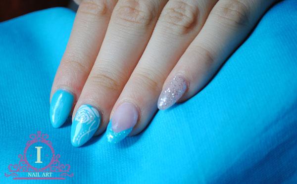 una nail art semplice in bianco con rosa stilizzata fatta con colori acrilici